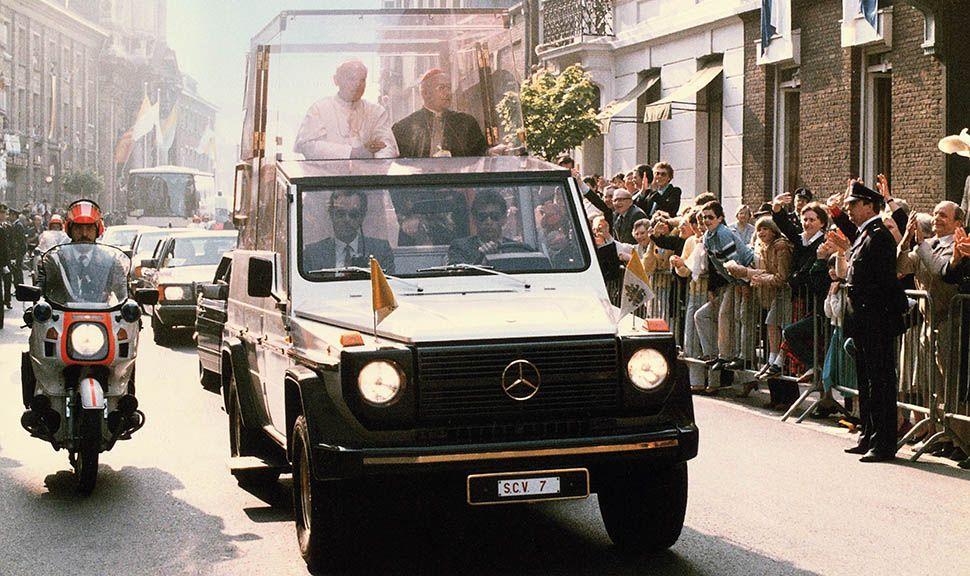Papamobil mit Papst Johannes Paul II. fährt durch von Zuschauern gesäumte Straße