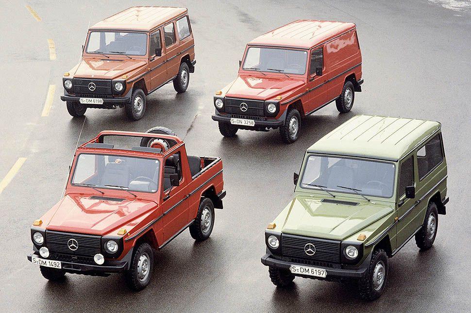 Vier Versionen der Mercedes G-Klasse parken in Formation