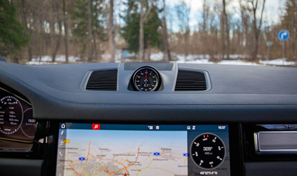 Infotainmentanzeige und analoge Uhr des Sport-Chrono-Pakets des Porsche Cayenne Turbo
