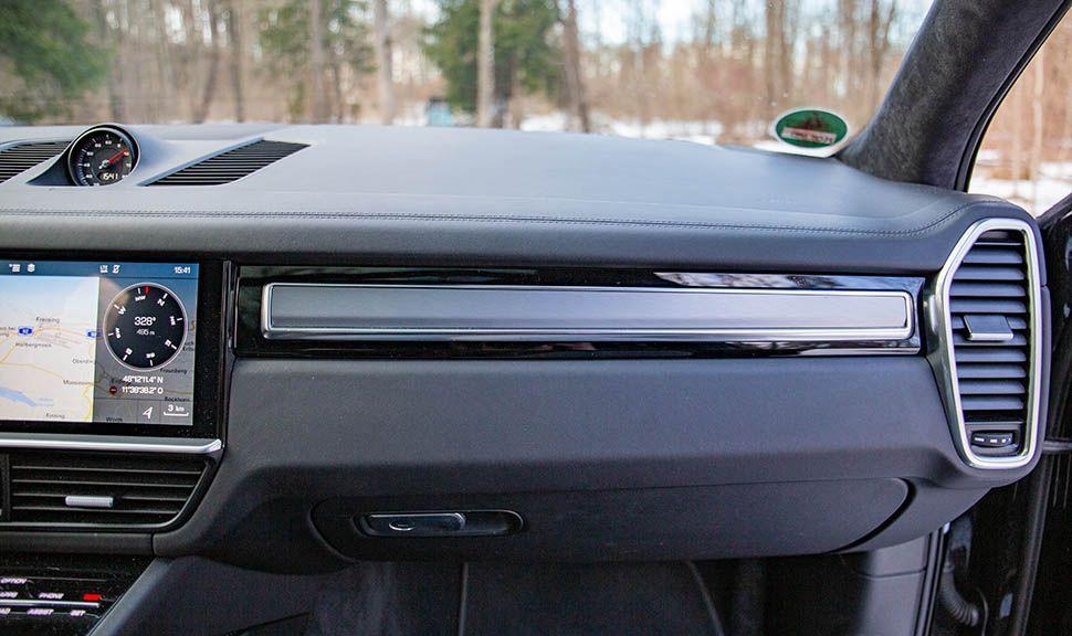 Interieurleiste auf Beifahrerseite des Porsche Cayenne Turbo