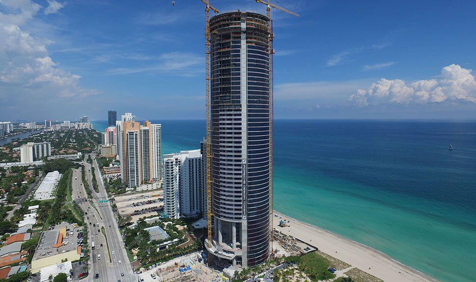 Porsche Hochhaus in Miami in der Panorama-Ansicht