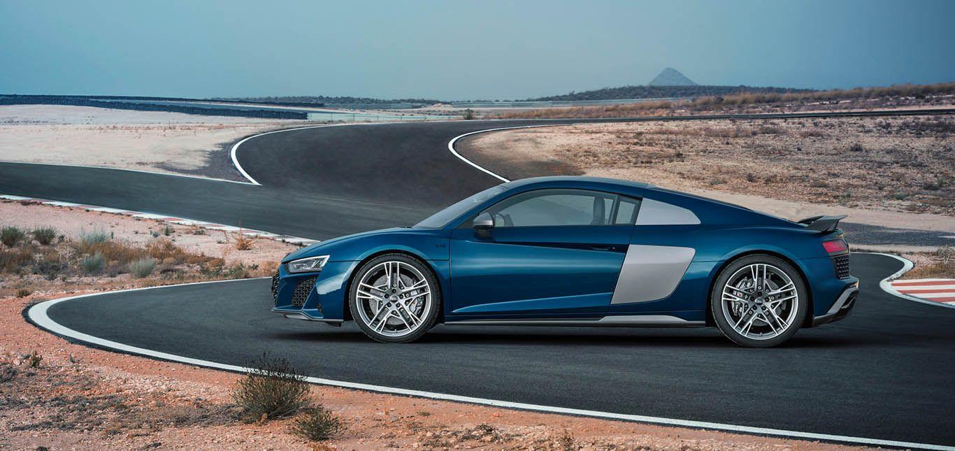 Blauer Audi R8 auf Wüstenstraße linke Seite