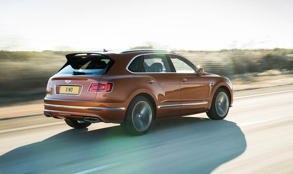 Bentley Bentayga Speed fahrend von rechts schräg hinten