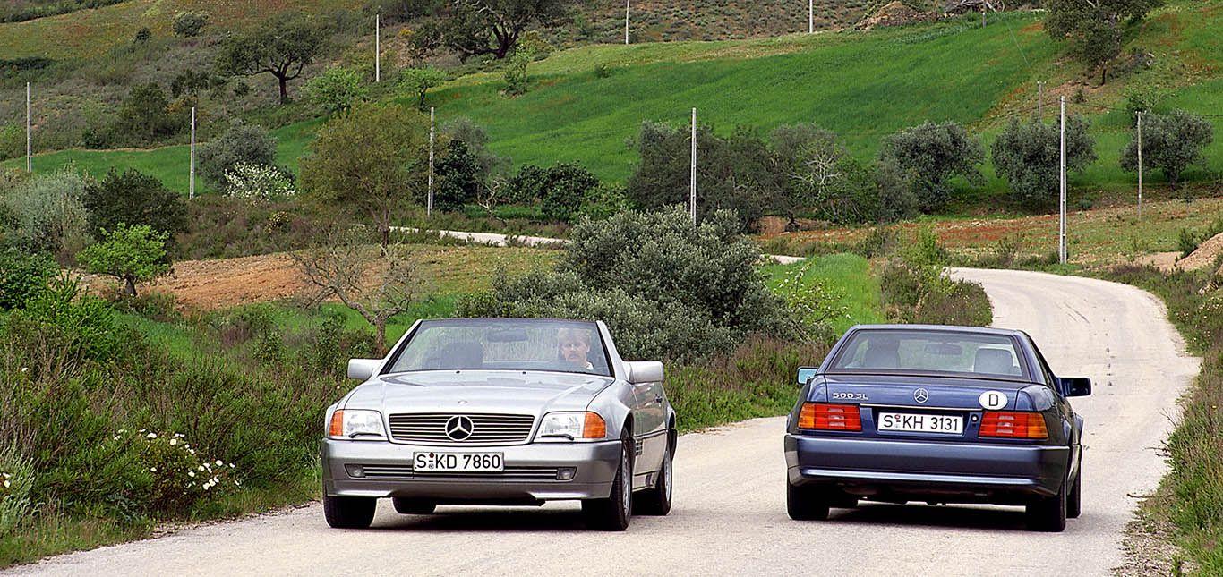 Zwei Mercedes SL (R129) fahren auf Landstraße aneinander vorbei