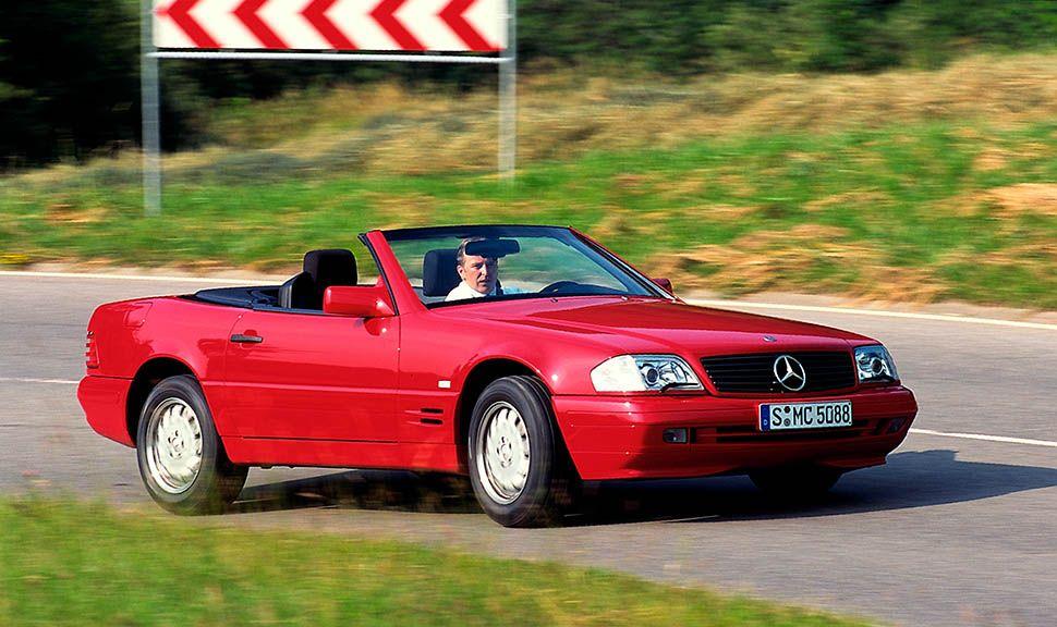Mercedes-Benz SL (R129) rot fährt auf Landstraße