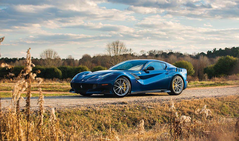 Blauer Ferrari F12 tdf