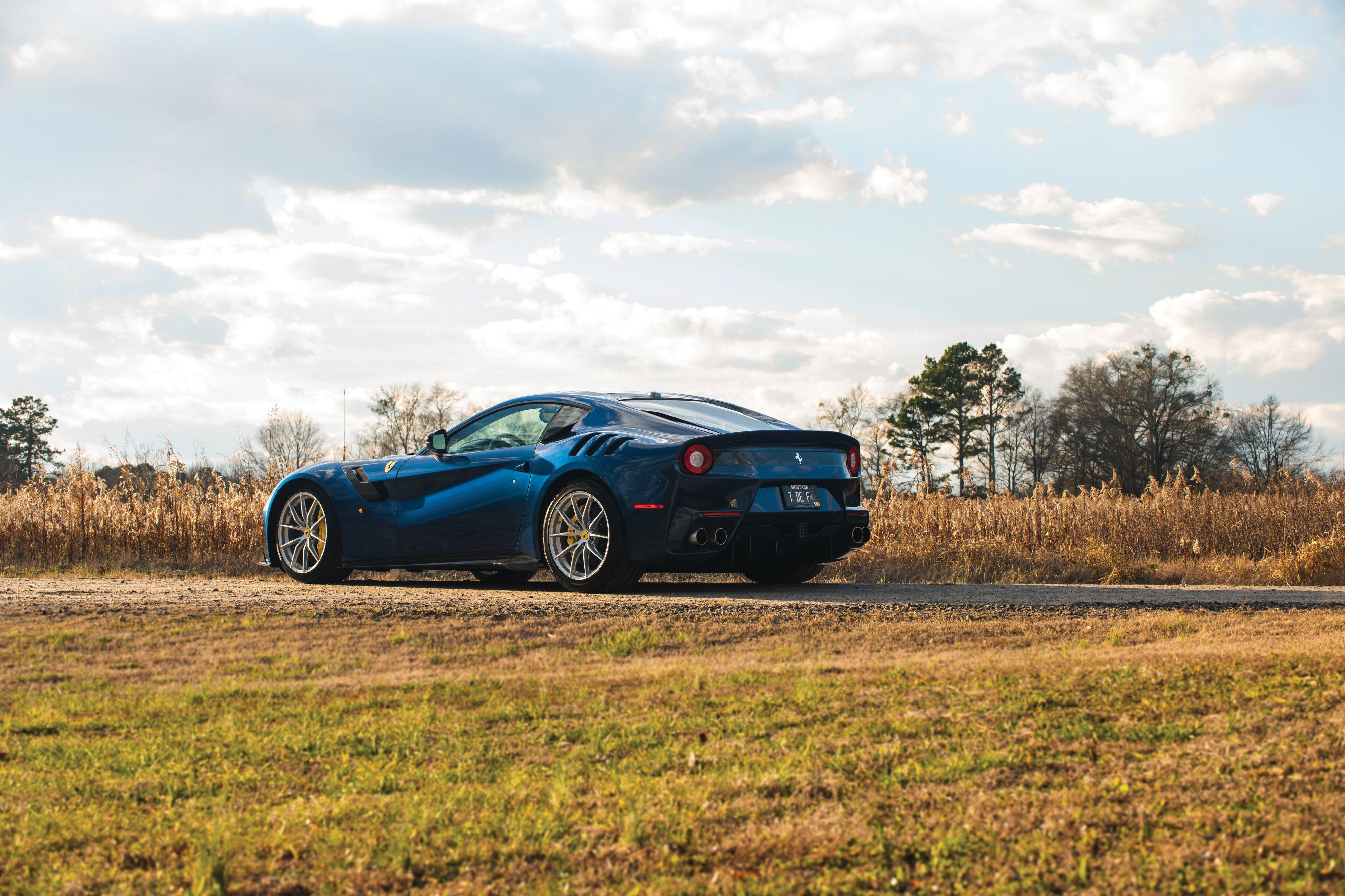 Ferrari F12 tdf in Blau
