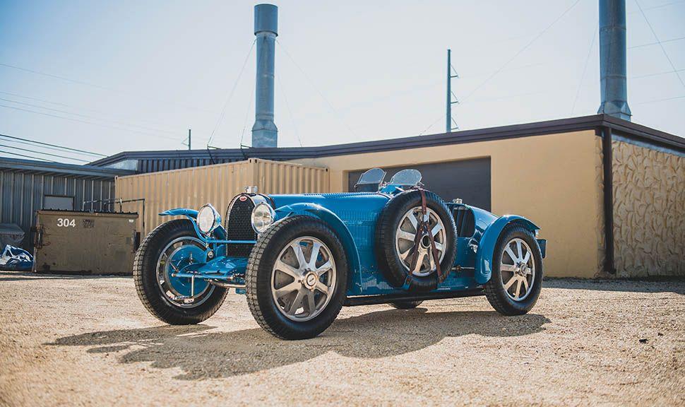 Bugatti Typ 51 Grand Prix in Blau von schräg links vorne