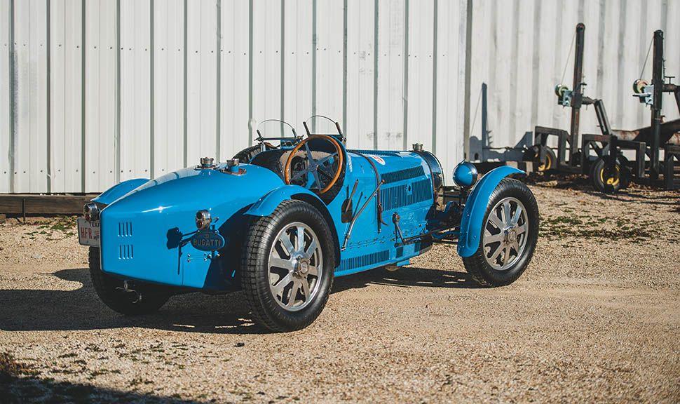 Bugatti Typ 51 Grand Prix in Blau von rechts hinten