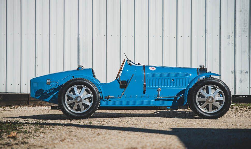 Bugatti Typ 51 Grand Prix in Blau Seitenansicht rechts