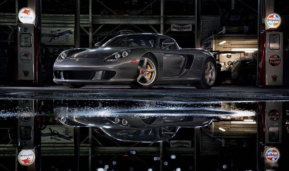 Porsche Carrera GT spiegelt sich in Pfütze