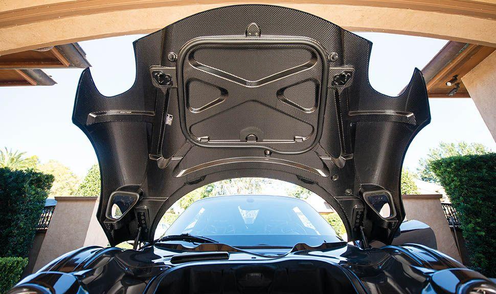 Porsche 918 Spyder geöffneter Kofferraumdeckel von unten