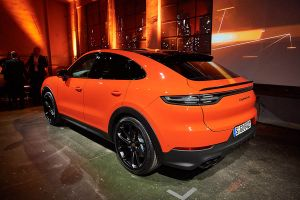 Porsche Cayenne Coupé in Orange von schräg links hinten