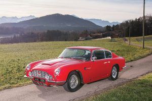 Roter Aston Martin DB 6 in Berglandschaft