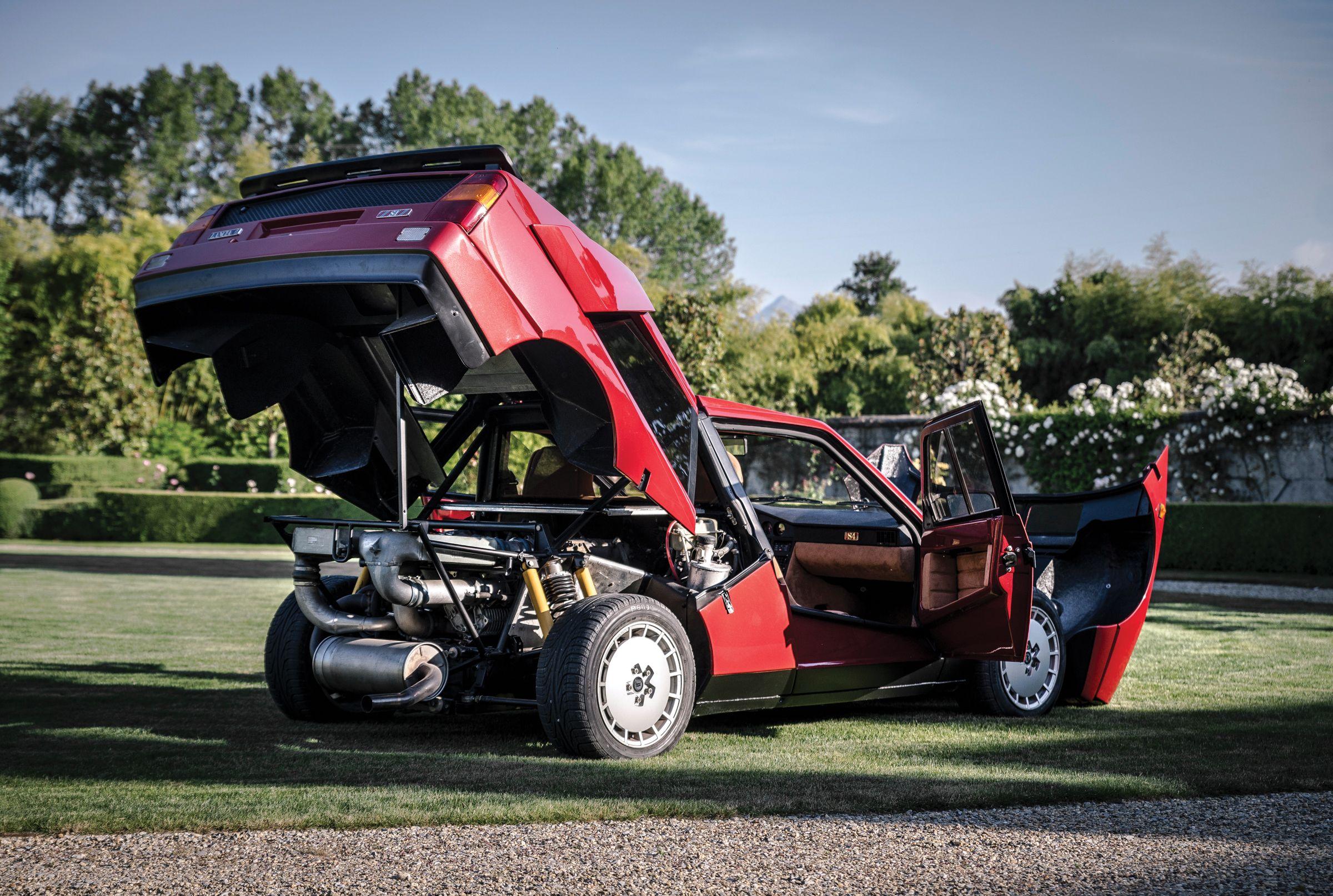 Roter Lancia Delta S4 Stradale mit offenen Türen und Hauben
