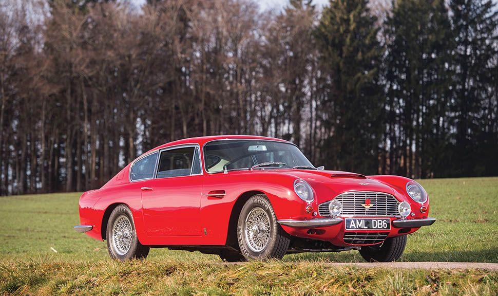 Roter Aston Martin DB6 von schräg rechts vorne