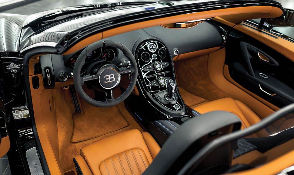 Blick durchs offene Dach des Bugatti Veyron Vitesse ins Interieur