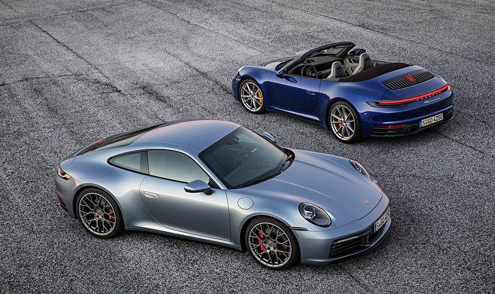 Silbernes Porsche 911 (992) Coupé versetzt zu blauem Porsche 911 Cabrio (992) mit offenem Verdeck