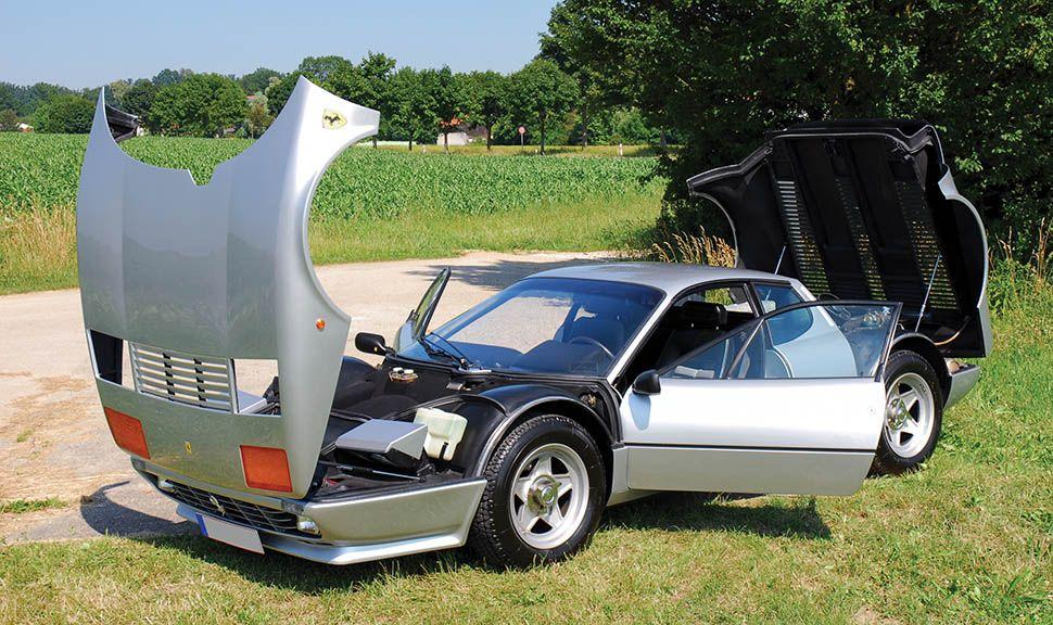 Silberner Ferrari 512 BBi mit offenen Hauben und Türen