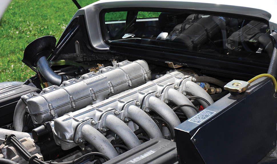 Motor des silbernen Ferrari 512 BBi
