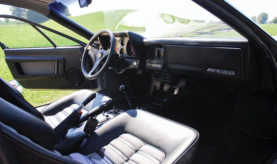 Innenraum des silbernen Ferrari 512 BBi