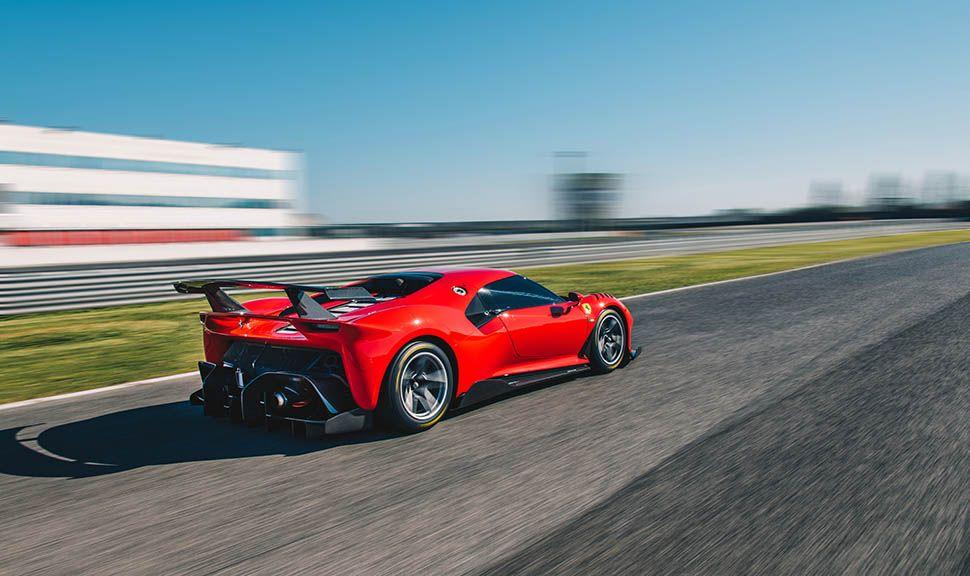 Ferrari P80/C fahrend von schräg rechts hinten