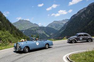 Rolls Royce fährt bei Oldtimer-Rallye vor VW Käfer Serpentine hinab