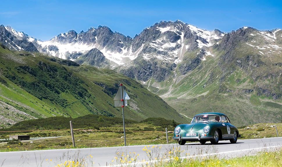 Porsche 356 fährt bei Silvretta Classic Rallye