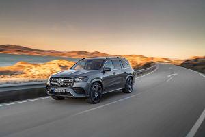 Mercedes-Benz GLS fährt auf Küstenstraße