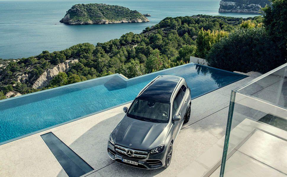 Mercedes-Benz GLS vor Pool und Ozean