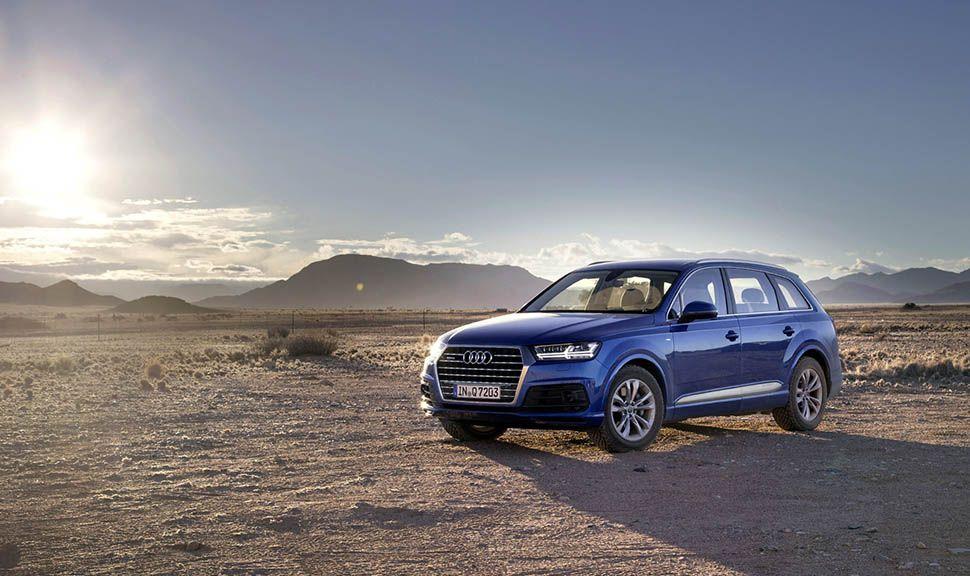 Blauer Audi Q7 steht in der Wüste