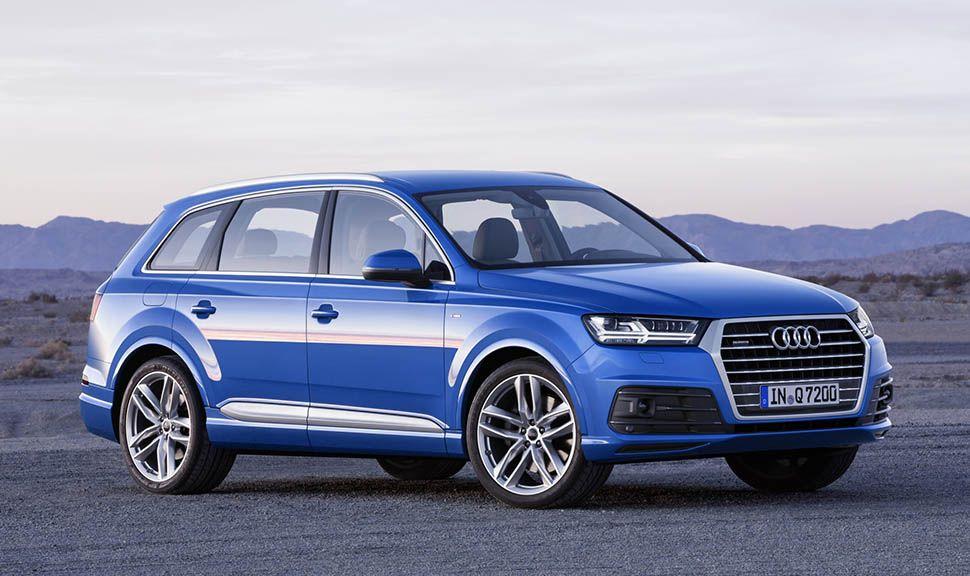 Blauer Audi Q7 von schräg rechts vorne in Ödlandschaft