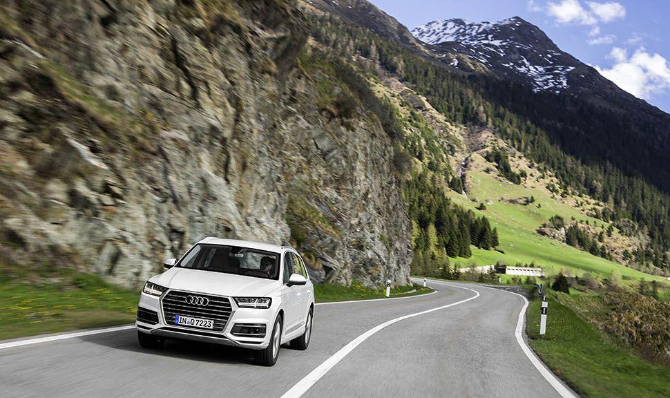 Weißer Audi Q7 fährt auf Berglandstraße