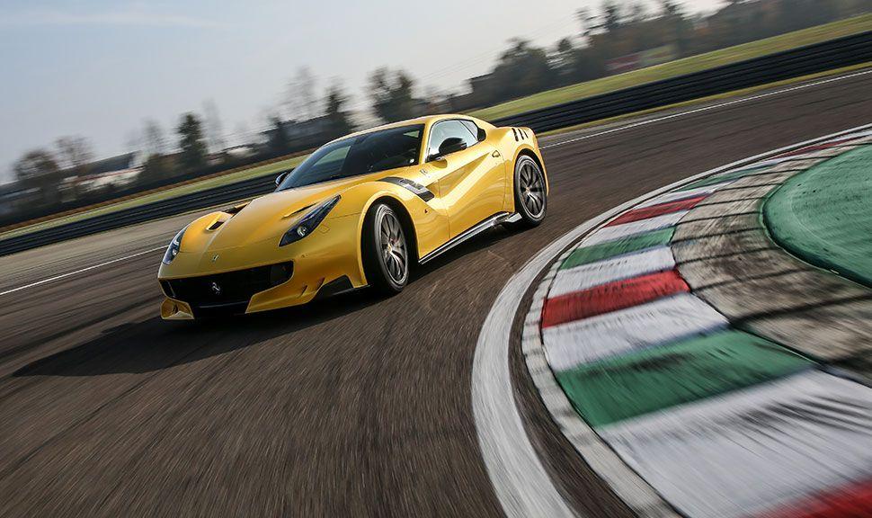 Ferrari F12 fährt auf Rennstrecke