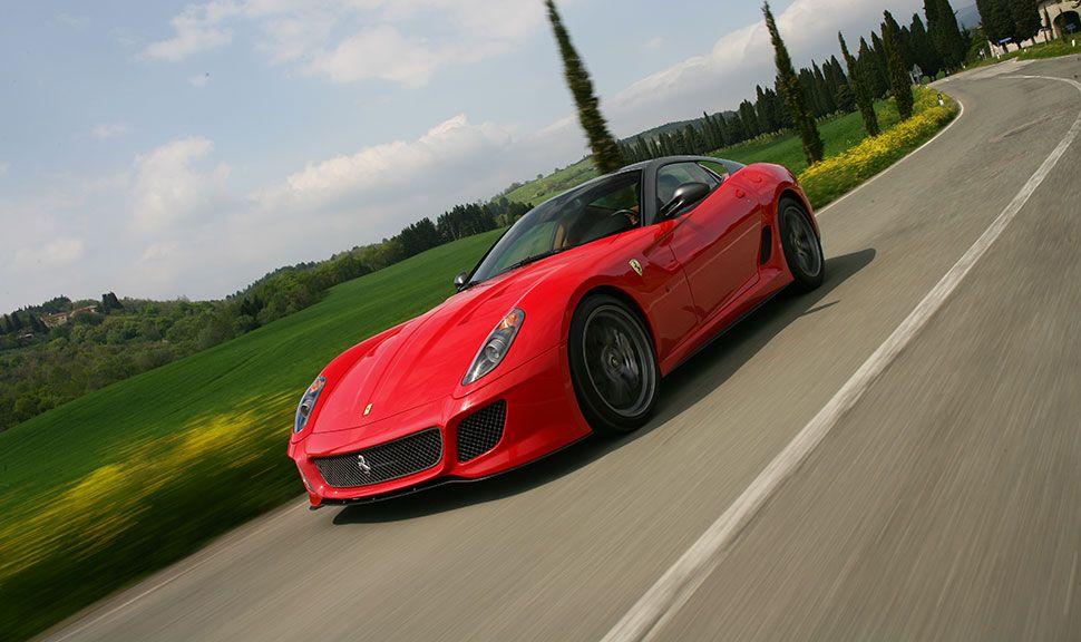 Ferrari 599 GTB von schräg links vorne, auf Landstraße fahrend