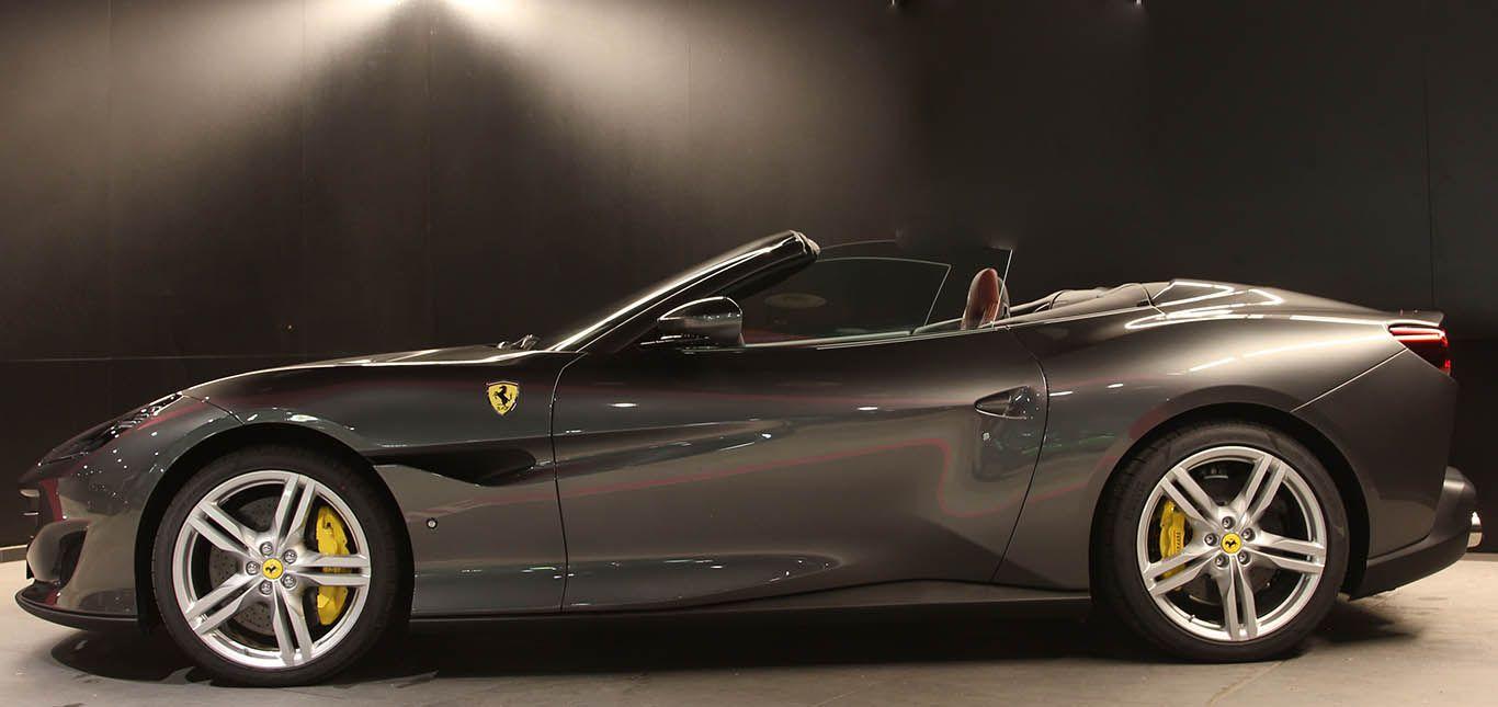 Grauer Ferrari Portofino von der linken Seite
