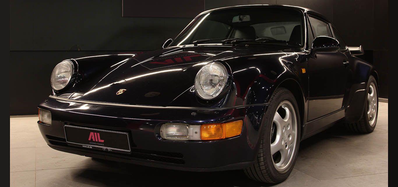 Schwarzblauer Porsche 911 (964) Turbo von schräg links vorne