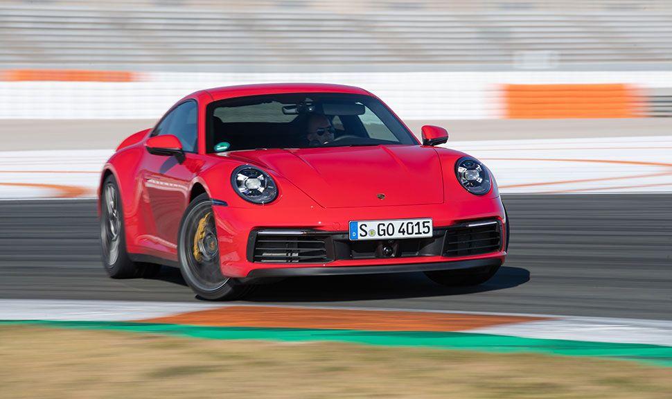 Porsche 911 in Rot driftet auf Rennstrecke