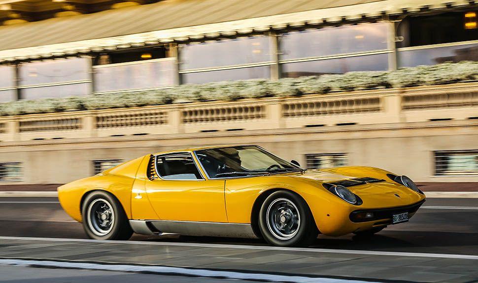 Lamborghini Miura in Gelb, fahrend