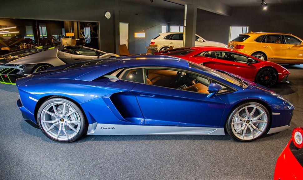 Lamborghini Aventador Miura Hommage in Blau im Showroom eines Autohändlers