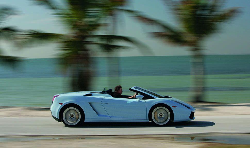 Hellblauer Lamborghini Gallardo Spyder fahrend rechte Seite