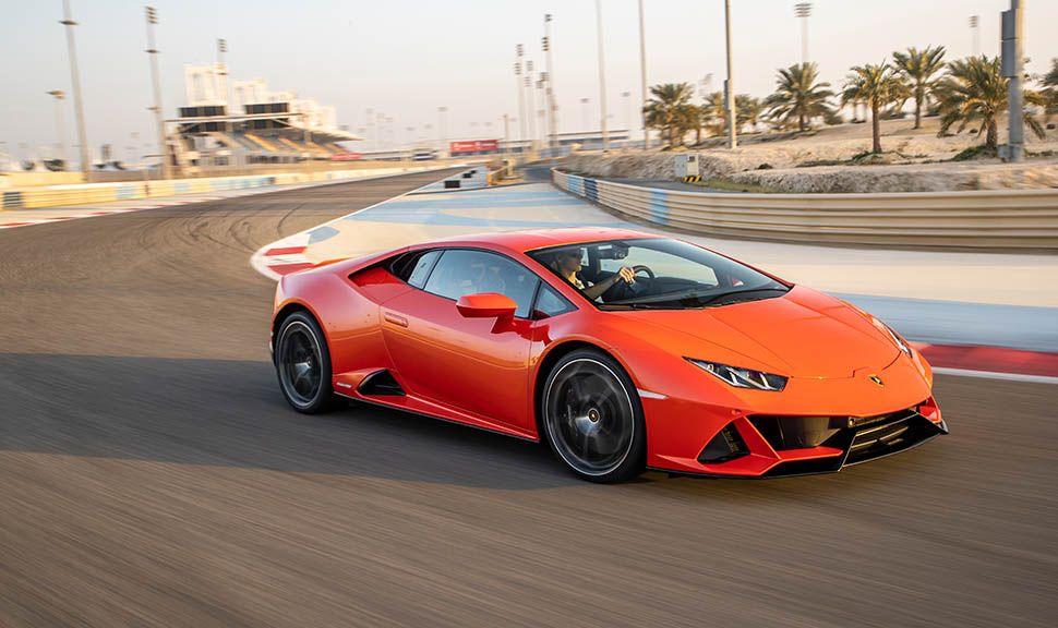 Oranger Lamborghini Huracan fährt auf Rennstrecke