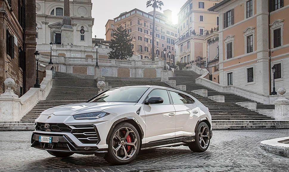 Lamborghini Urus in Weiß steht in italienischer Stadt