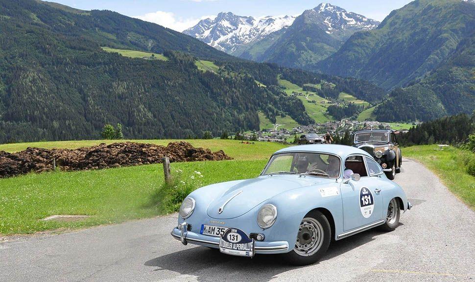Hellblauer Porsche 356 fährt auf Berglandstraße bei Kitzbüheler Alpenrallye