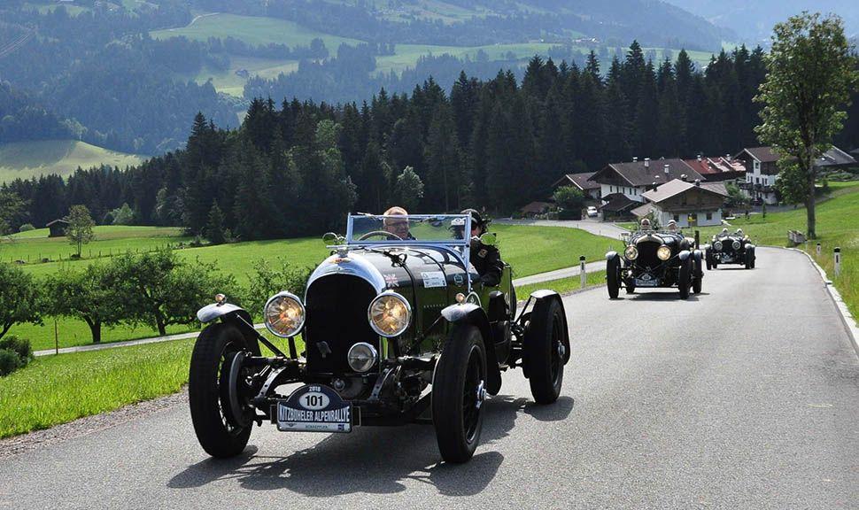 Grüner Oldtimer bei Kitzbüheler Alpenrallye