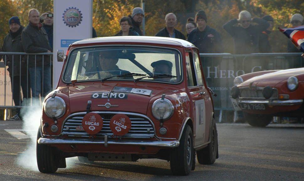 Roter Mini Cooper bei Rallye-Einsatz