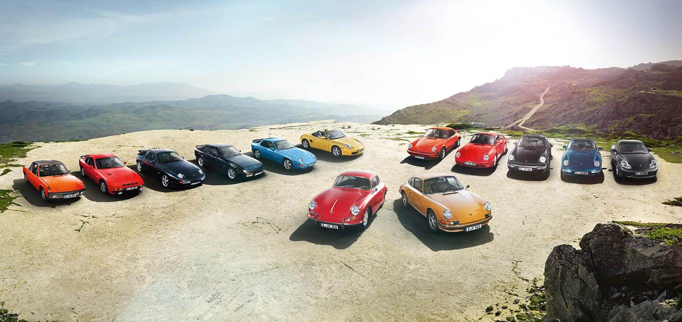 Aufstellung verschiedener Porsche Modelle auf einem Plateau
