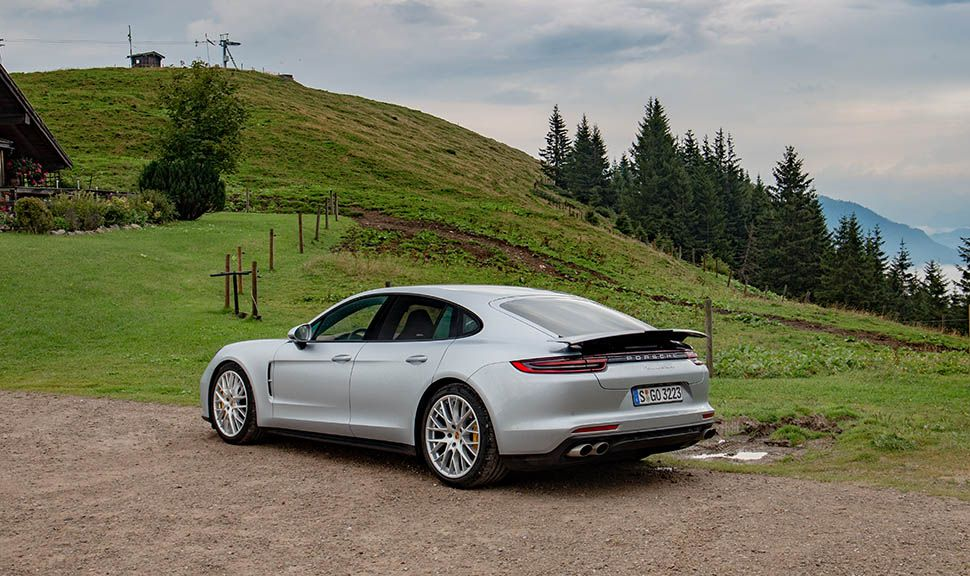 Silberner Porsche Panamera in den Bergen