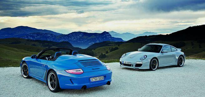 Porsche 911 997 Speedster in Blau und 911 Classic Grau vor Bergpanorama stehend