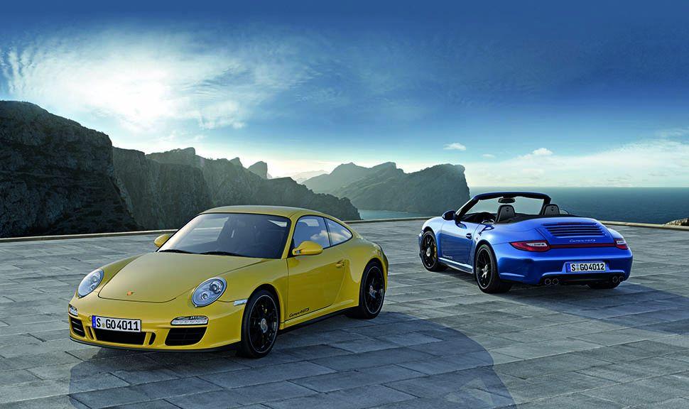 Porsche 911 Carrera 4 GTS als gelbes Coupé und blaues Cabrio auf Plateau